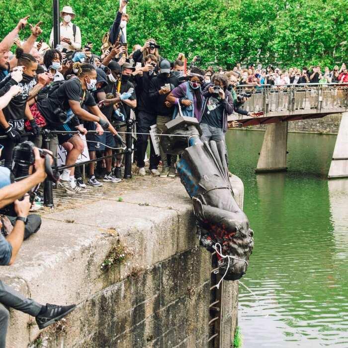 Чувства (Ощущение)  памятник Эдварду Колстону, демонстранты Black Lives Matter, 2020 год. \ Фото: vn.noxinfluencer.com.