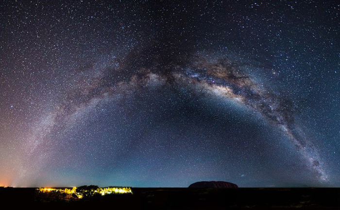 В ночное время на Улуру, Северная территория.