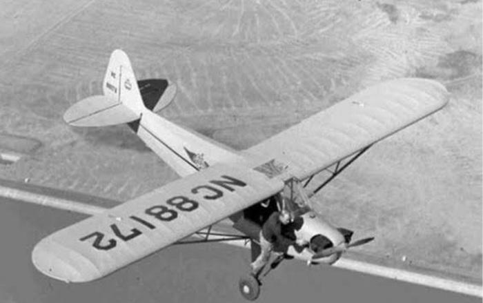 Мерле Ларсон демонстрирует небольшой трюк в воздушном шоу. \ Фото: imgur.com.