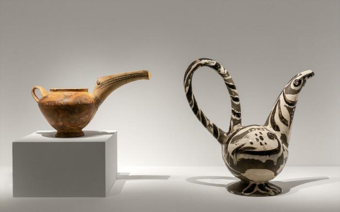 Слева направо глиняный чайник из Василики, недалеко от Иерапетры, 2400-2200 гг. до н. э. \ Птица, Пабло Пикассо, 1947-48 гг. \ Фото: m.naftemporiki.gr.