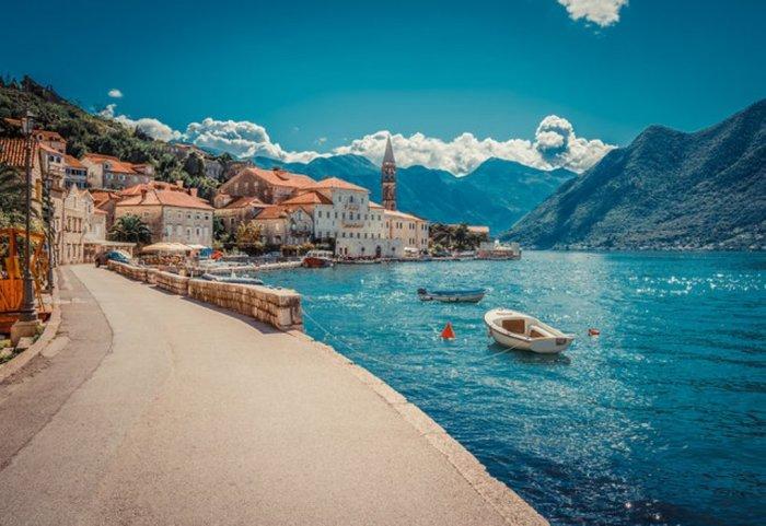 За романтично-экзотичным названием Монтенегро скрывается маленькая и дружелюбная страна Черногория, которая пользуется огромной популярностью среди поклонников бюджетного и экологически чистого отдыха.