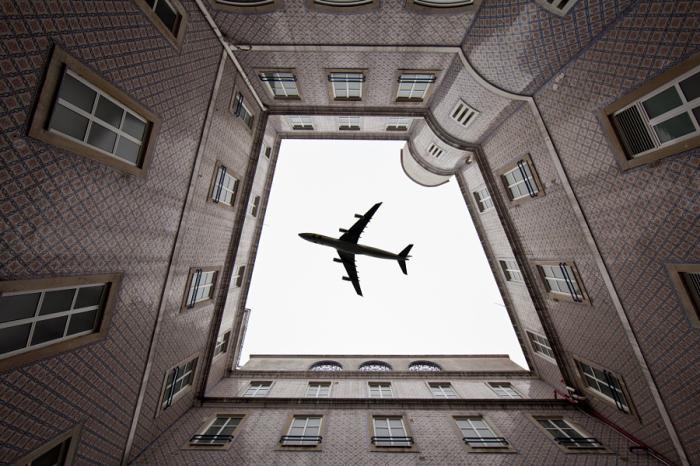 Самолет на крыше (An airplane on the roof). Автор фото: Даниэль Антунес (Daniel Antunes).