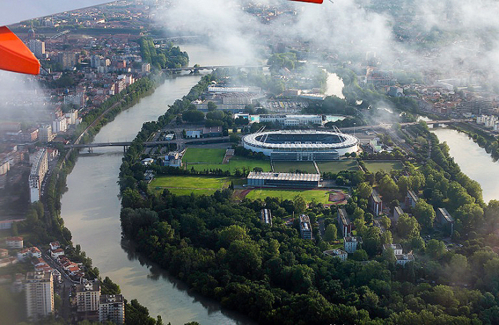 Муниципальный стадион Тулузы на реке Гаронна.