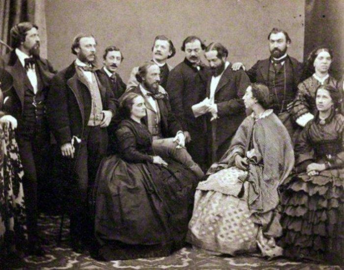 Полина Виардо (сидит вторая справа) среди актеров итальянской оперной труппы 1860 год.