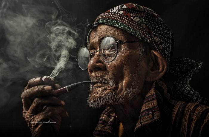 Мужчина с трубкой. Автор фото: Рариндра Пракарса.
