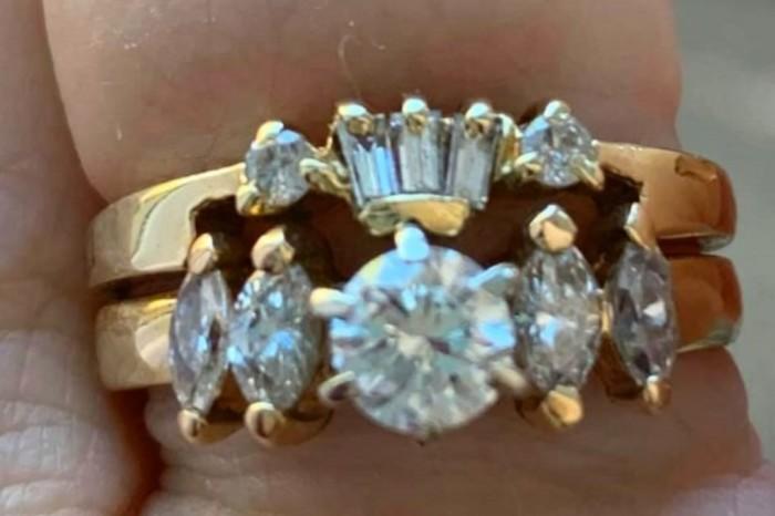Своё обручальное кольцо она получила через 12 лет.