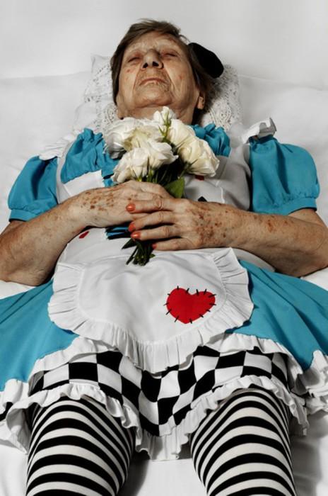 И даже после смерти, Иоланда навсегда останется Алисой. Автор фото Romina Ressia.