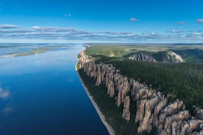 Ленские столбы представляют собой тянущийся на многие километры комплекс вертикально вытянутых скал, причудливо громоздящихся вдоль берега Лены.