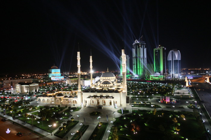 На самом деле по вечерам так выглядит город Грозный.