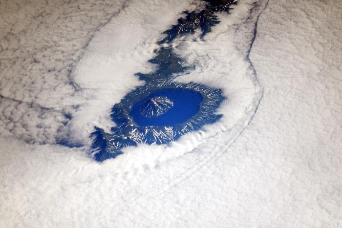 Действующий вулкан на острове Онекотан Большой Курильской гряды, Сахалинская область России.