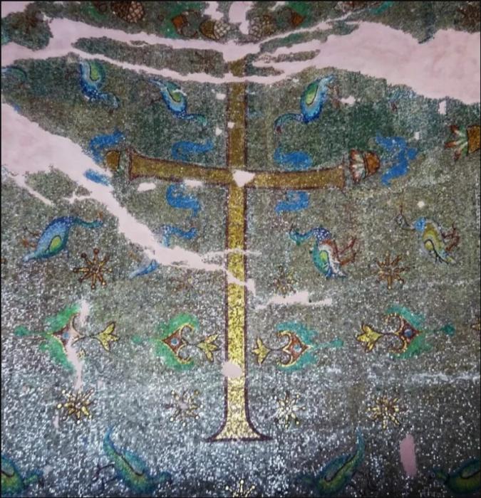 Мозаика с крестом в южной нише, ведущей во дворец императора. \ Фото: yandex.ua.