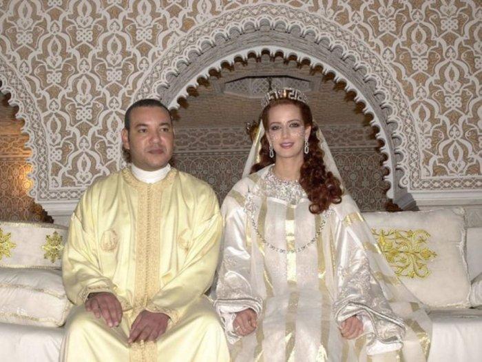 Король Мохамед VI из Марокко сидит со своей женой принцессой Лаллой Сальмой в королевском дворце в Рабате, Марокко, в 2002 году.