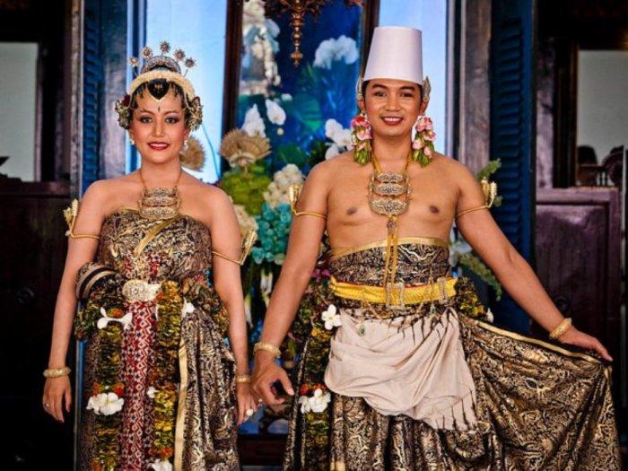 Индонезийский принц Нонтонеро и принцесса Хаю на их трёхдневной свадьбе с 21 по 23 октября в 2013 году.