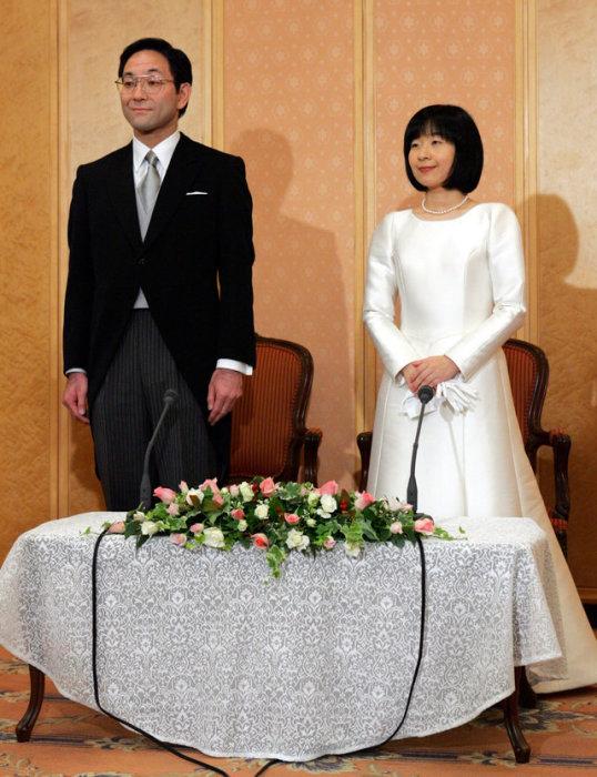 Г-жа Саяко Курода и Йошиеки Курода участвуют в пресс-конференции после их свадебной церемонии в Токио в 2005 году.