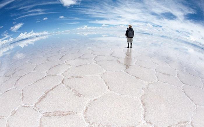 Высохшее соляное озеро Салар де Уюни. Иллюзия хождения по воде.