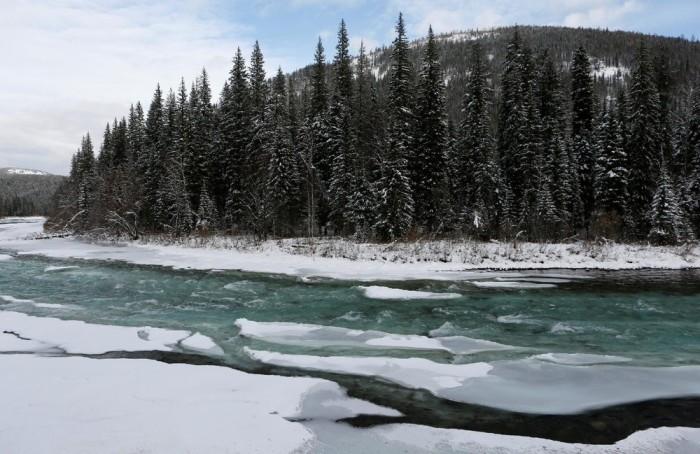 Лёд на речке.