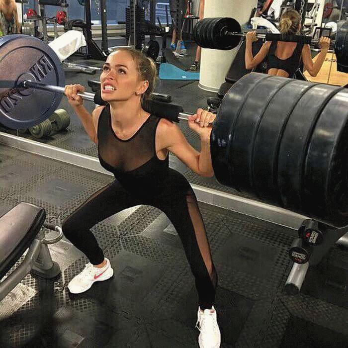 Анна Хилькевич работает с силовыми упражнениями. \ Фото: sangistil.ru.