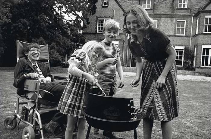 Стивен Хокинг с первой женой Джейн Уайлд и детьми Робертом и Люси, 1977 год. \ Фото: radio_mohovaya9.tilda.ws.