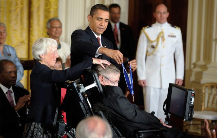 В 2009 году президент США Барак Обама наградил Хокинга медалью Свободы - одной из высших американских наград. \ Фото: interfax.ru.