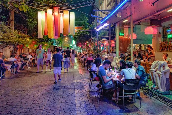 Огромный, вечно переполненный, красочный Бангкок — столица Таиланда, один из главных деловых, культурных и туристических центров королевства.