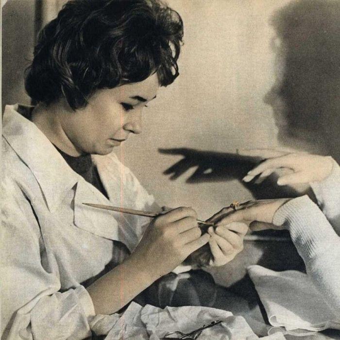 Советские девушки на журнальных фотографиях.