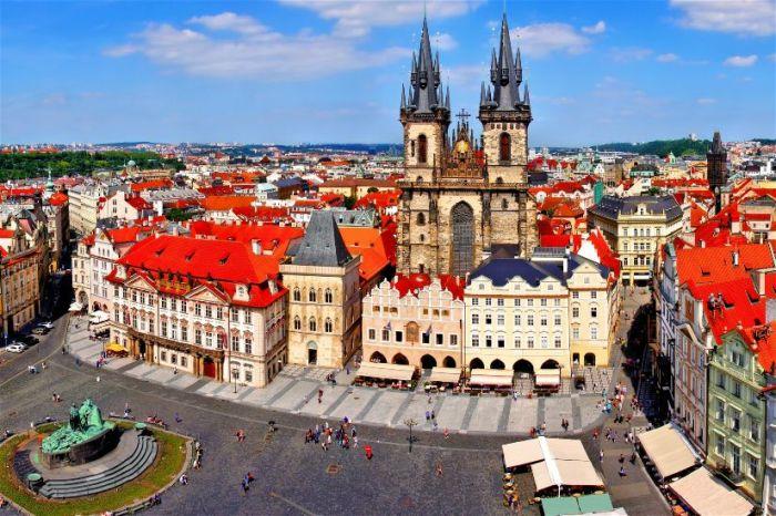 Прага — город, в который влюбляешься без памяти, возвращаясь вновь и вновь: с удобной обувью, зверским аппетитом и запасным чемоданом.