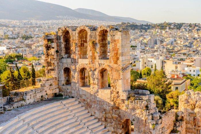 В Афинах можно провести не один месяц, осматривая все старинные памятники и руины, неоклассические здания в историческом центре и музеи.