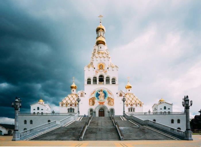 Минск — крупнейший город Белоруссии, который ежегодно посещают десятки тысяч туристов, каждый раз открывая этот город с новой стороны.