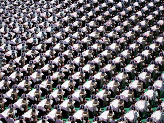 Группа из 1000 человек в спортивном центре в Китае.
