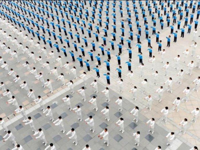 Нет, это не фотография роботов. Это люди, участвующие в тай-чи в Китае.
