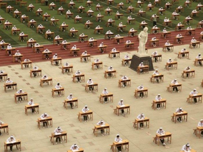 Эта фотография была сделана в Баоцзи в провинции Шэньси в Китае. Студенты в техническом колледже медсестёр в Китае сдают экзамен на спортивной площадке.