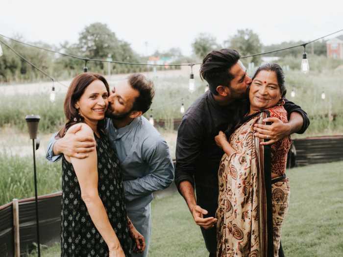 Мадираджу и Шах со своими матерями.