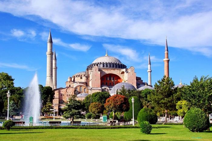 Собор Святой Софии —<br>всемирно известный памятник византийского зодчества, символ «золотого века» Византии.