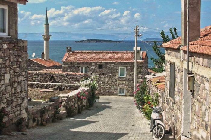 Измир – турецкий город на побережье Эгейского моря, долгое время носивший название Смирна.