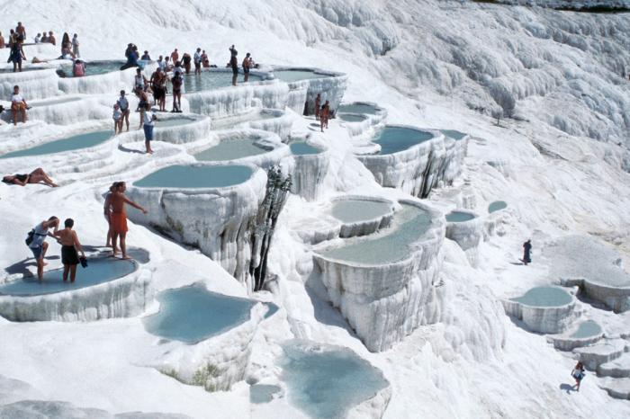 Он знаменит термальными источниками, расположенными на террасах из белого известняка.