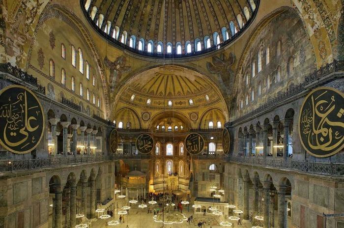 До 360 года на этом месте стоял храм языческой Артемиды. Император Константин поставил на его месте небольшую церковь в честь Святой Софии.