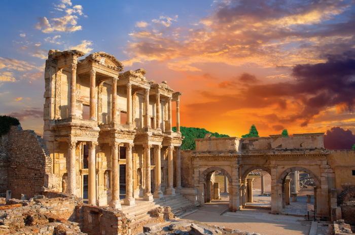 Эфес — одна из самых популярных достопримечательностей Турции, по числу гостей его опережает только стамбульский Султанахмет.