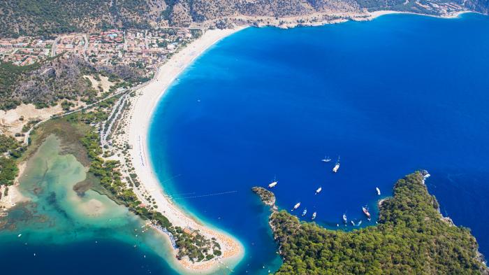 Олюдениз — это курортная деревня на юго-западном побережье Турции.