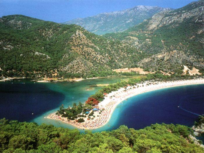 Она известна благодаря Голубой лагуне и пляжу Бельджекиз с белоснежным песком.