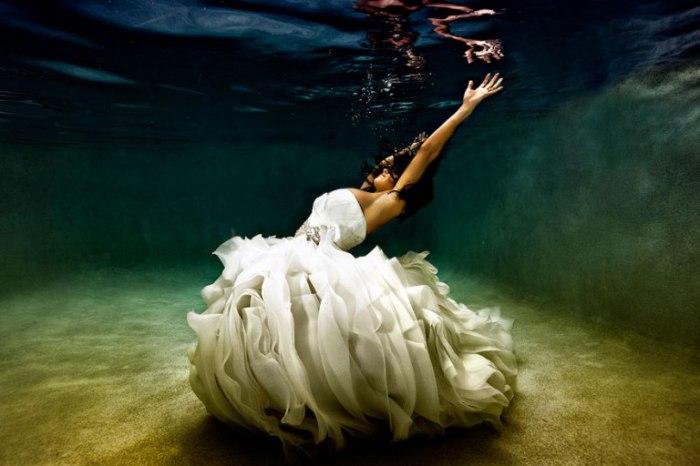 Свадебный танец невесты под водой.