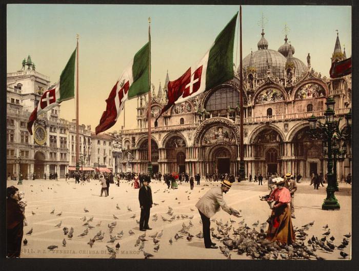 Кормление голубей на площади Святого Марка.