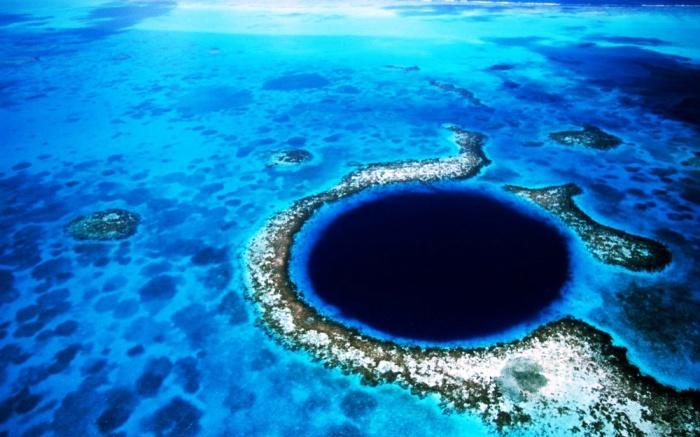 Голубое подземное озеро в Белизе.
