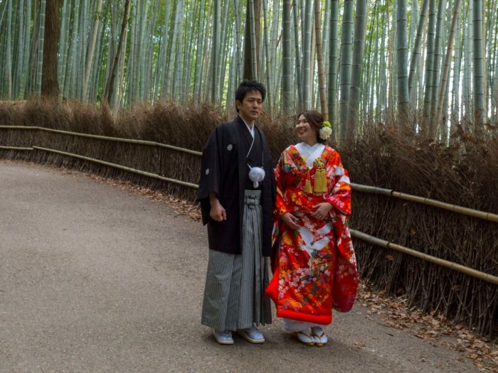 Жених и невеста за пределами храма Тенрю-дзи, объекта Всемирного наследия ЮНЕСКО в Киото, Япония, в 2016 году. Автор: Wolfgang Kaehler.