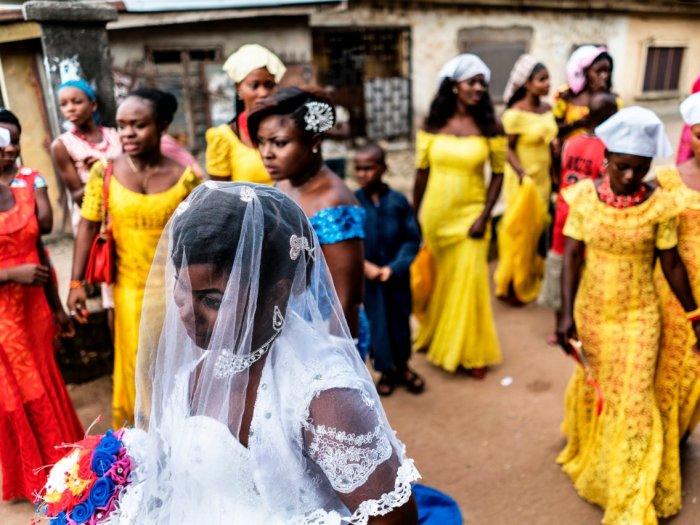 Невеста и члены свадебной вечеринки традиционно носят сложные головные уборы, которые дополняют смелые цветные платья. Автор: Marco Longari.