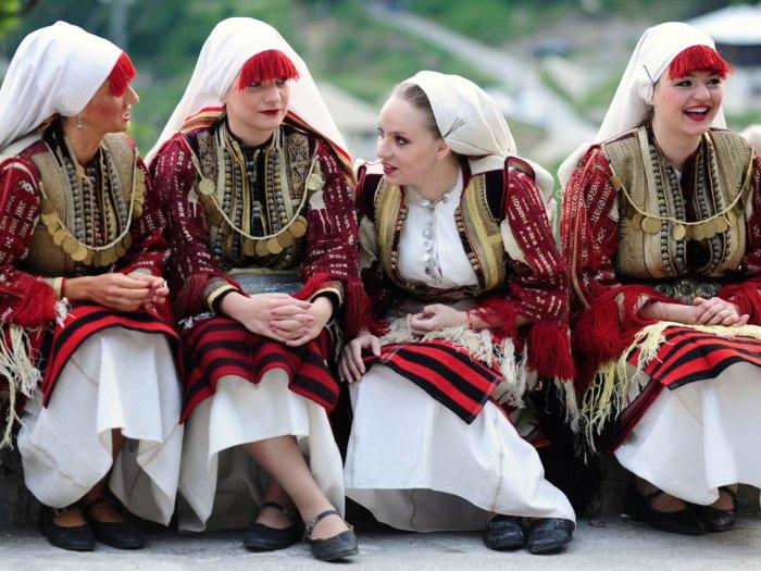 Женщины, одетые в традиционные костюмы, принимают участие в свадебной церемонии в Галичнике, деревне недалеко от столицы Македонии. Автор: Ognen Teofilovski.
