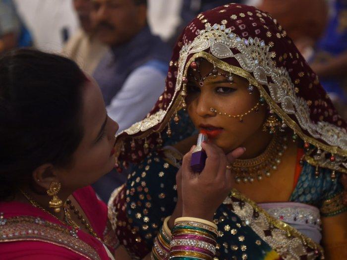 Женщина готовит невесту на пакистанской индуистской массовой свадебной церемонии в 2019 году. Автор: Rizwan Tabassum.