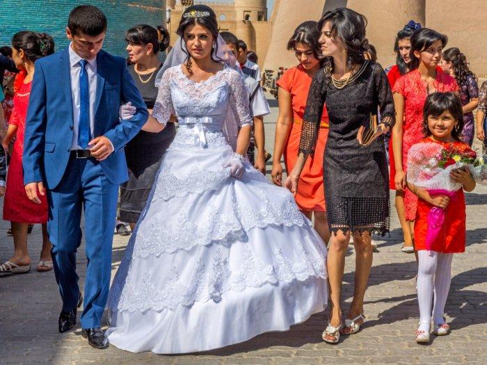 Свадьбы в Узбекистане традиционно пышные и нарядные. \ Фото: Ullstein bild.
