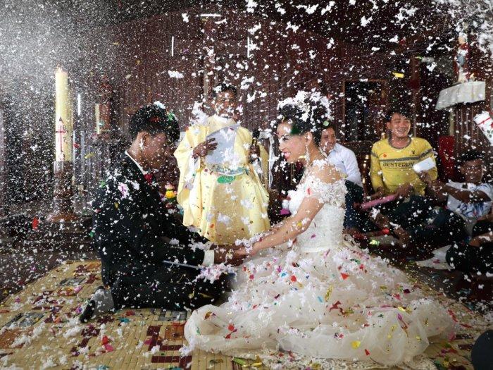 Жених и невеста отпраздновали свой брак в католической церкви. Автор: Satoshi Takahash.