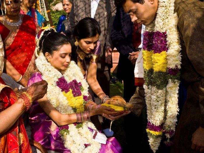 Здесь невеста окружена ближайшей семьей во время заключительного момента молитвы, прежде чем её отец отдаст её жениху. Автор: Christopher Pillitz.