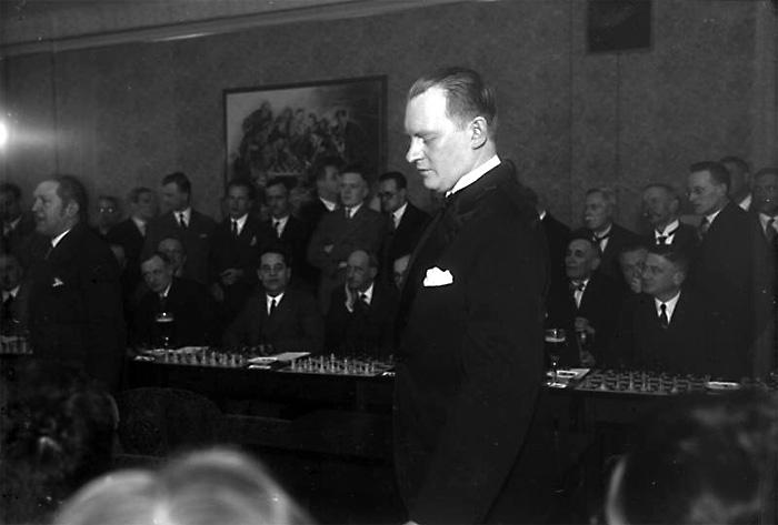 Алехин за игрой в шахматы. Сентябрь, 1930 года.